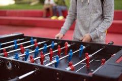 Jonge mens die tablefootball in het park in Moskou spelen royalty-vrije stock foto