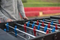Jonge mens die tablefootball in het park in Moskou spelen royalty-vrije stock foto's