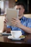 Jonge mens die tablet gebruikt Royalty-vrije Stock Afbeeldingen