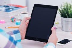 Jonge mens die tabletpc met behulp van op het bureauwerk royalty-vrije stock afbeelding