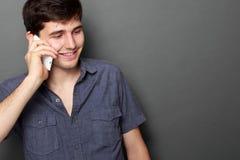 Jonge mens die telefonisch roepen royalty-vrije stock afbeelding
