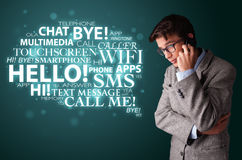 Jonge mens die telefoongesprek met woordwolk maken Royalty-vrije Stock Afbeeldingen