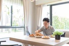 Jonge mens die thuis eten Stock Afbeeldingen