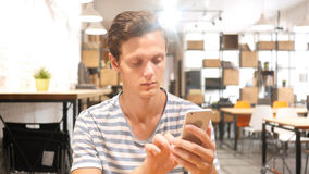 Jonge Mens die Toepassingen op Smartphone, Portret gebruiken royalty-vrije stock afbeeldingen
