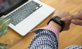 Jonge mens die Touchscreen Slim Horloge met behulp van royalty-vrije stock afbeeldingen