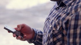 Jonge mens die touchscreen van de tabletcomputer in koffie gebruiken stock videobeelden