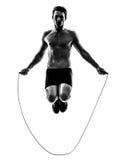 Jonge mens die touwtjespringensilhouet uitoefenen Stock Foto