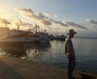 Jonge mens die uit naar het overzees kijken stock fotografie