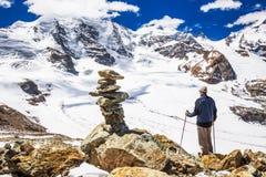 Jonge mens die van de overweldigende mening van Morteratsch-gletsjer genieten Stock Fotografie