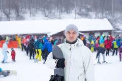 Jonge mens die van een snowboarding vakantie genieten Royalty-vrije Stock Foto's