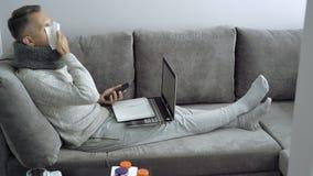 Jonge mens die van huis tijdens ziekte werken stock video
