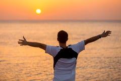 Jonge mens die van overzees en vrijheid genieten stock foto