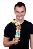Jonge mens die van zijn reuzeroomijskegel geniet Royalty-vrije Stock Foto