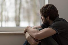 Jonge mens die voor depressie lijden stock afbeeldingen