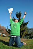 Jonge mens die voor vreugde springen Stock Foto's