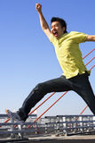 Jonge mens die vrij met onduidelijk beeldbeweging springt Stock Fotografie