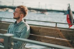 Jonge mens die weg in zonsondergang in heilige-Petersburg, Rusland bekijken Het openluchtportret van de de zomerlevensstijl van j Stock Foto's