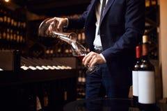 Jonge mens die wijnen mengen verwezenlijking van onvergetelijke wijn royalty-vrije stock afbeeldingen