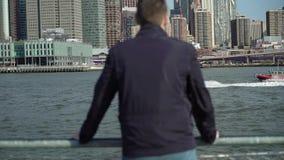 Jonge mens die wolkenkrabbers bekijken stock footage