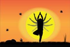 Jonge Mens die Yoga bij zonsopgang of zonsondergang met verschillende handposities uitvoeren van yoga Royalty-vrije Stock Fotografie