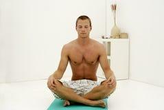 Jonge mens die yoga doet Stock Afbeelding