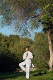 Jonge mens die yoga in het park doen Stock Afbeelding