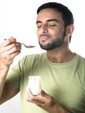 Jonge Mens die Yoghurt eten Stock Afbeeldingen