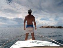 Jonge mens die zich bij de bootboog bevinden royalty-vrije stock foto