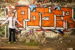 Jonge Mens die zich door Teken bevindt royalty-vrije stock foto's