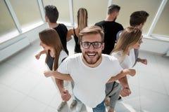 Jonge mens die zich in een cirkel met een commercieel team bevinden royalty-vrije stock afbeelding