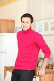 Jonge mens die zich in keuken bevindt Royalty-vrije Stock Foto's
