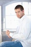 Jonge mens die zich omhoog in de ochtend kleedt Royalty-vrije Stock Foto