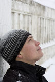 Jonge mens die zich tegen de muur bevindt Royalty-vrije Stock Foto
