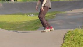 Jonge mens die zijn het met een skateboard rijden vaardigheden opleiden Het schaatsen op de golvende weg stock footage