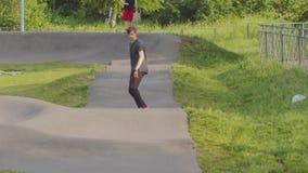 Jonge mens die zijn het met een skateboard rijden vaardigheden opleiden Het schaatsen op de speciale golvende weg stock footage