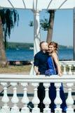 Jonge mens die zijn mooi meisje kussen Royalty-vrije Stock Foto