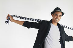 Jonge mens die zijn sjaal opstijgen royalty-vrije stock afbeelding