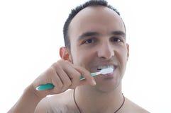Jonge mens die zijn tanden borstelt royalty-vrije stock afbeeldingen