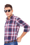 Jonge mens die zonnebril draagt Royalty-vrije Stock Fotografie