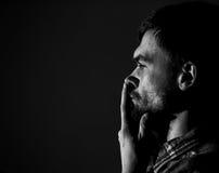 Jonge mens, droevige emoties, zwart-witte fotografie royalty-vrije stock afbeelding
