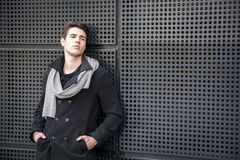 Jonge Mens in een de Winteruitrusting die op Metaalmuur leunen, Grote Copyspace Stock Foto's