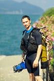 Jonge mens in een duikkostuum stock afbeelding