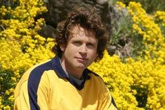 Jonge mens in een tuin Stock Fotografie