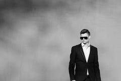 Jonge mens in een zwart kostuum Royalty-vrije Stock Afbeelding