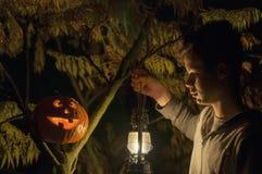 Jonge mens en Halloween-pompoen Stock Fotografie