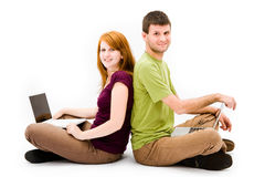 Jonge mens en meisje met laptop computer Stock Foto