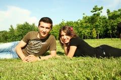Jonge mens en meisje openlucht Royalty-vrije Stock Afbeelding
