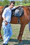 Jonge mens en paard royalty-vrije stock afbeeldingen