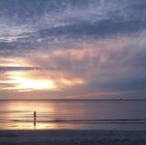 Jonge mens en zonsopgang op overzees Royalty-vrije Stock Afbeeldingen