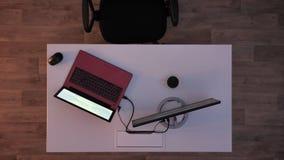 Jonge mens gebruikend laptop en nemend zijn flitsaandrijving en weglopend wanneer de lichten aanzetten, en directeur die binnenko stock videobeelden